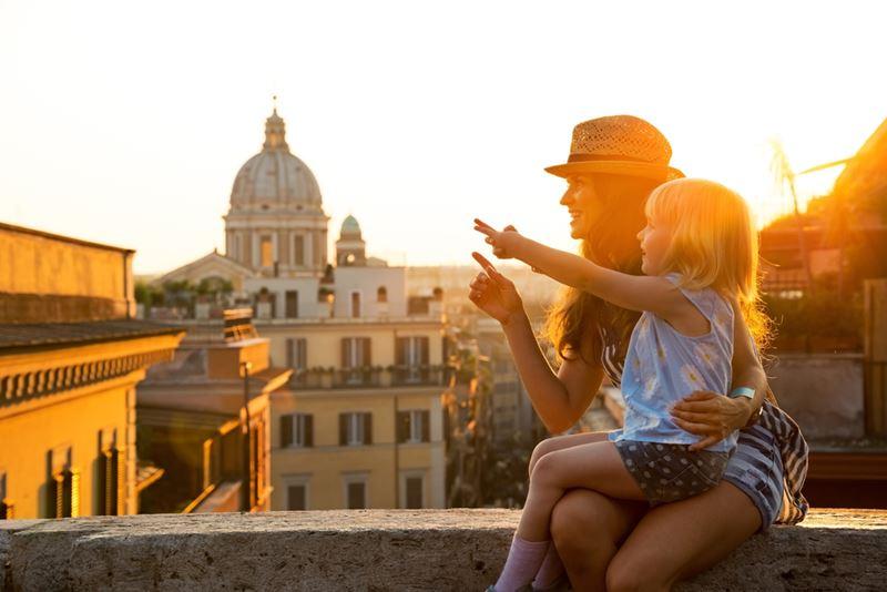 Mãe e filha aproveitando o por do sol em Roma, viajando pela Europa