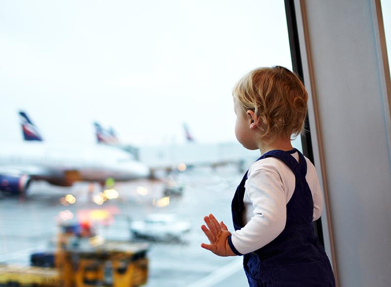 2-crianca-observando-avioes