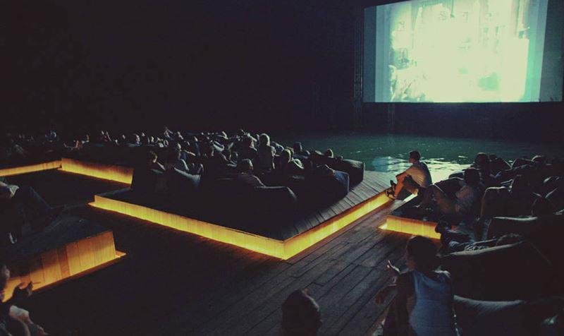 Dentro do cinema flutuante na Tailândia