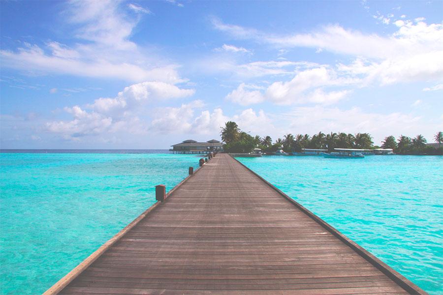 3-ponte-no-meio-da-praia-em-maldivas