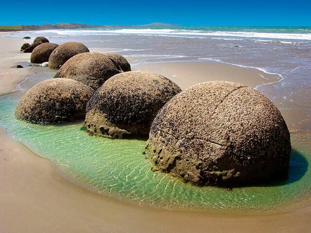 2-moeraki-boulders
