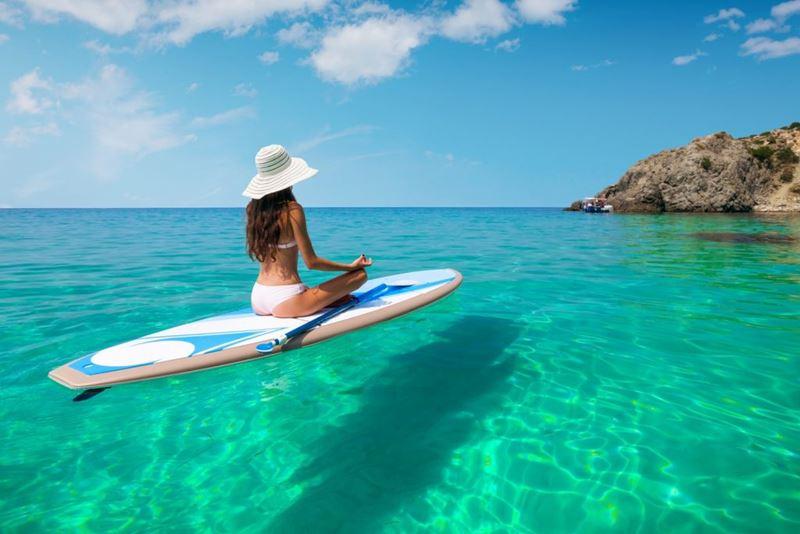 Umas das praias de areia escura e água cristalina no Havaí