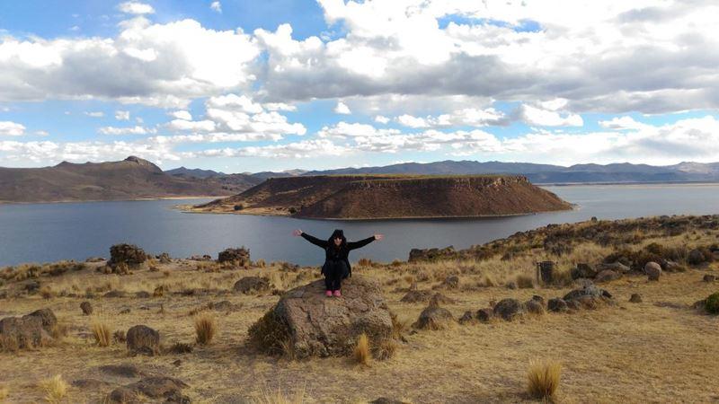 Sítio Arqueológico Sillustani no Peru, uma das experiências com nossa gestora de marketin, Ge Barconi