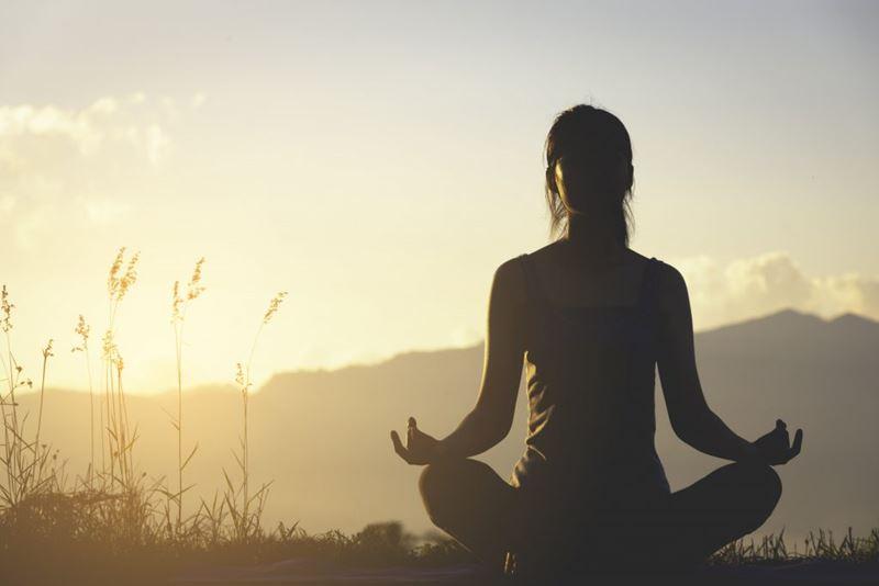 Prática de yoga, meditação e viagens