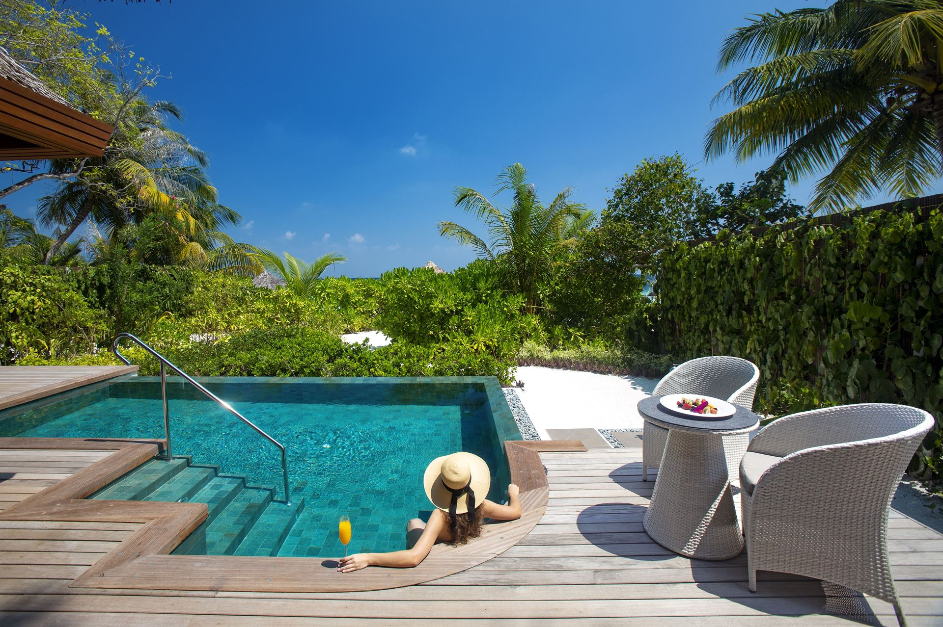 baros-maldives_baros-suite_hot-and-cold-jacuzzi-min